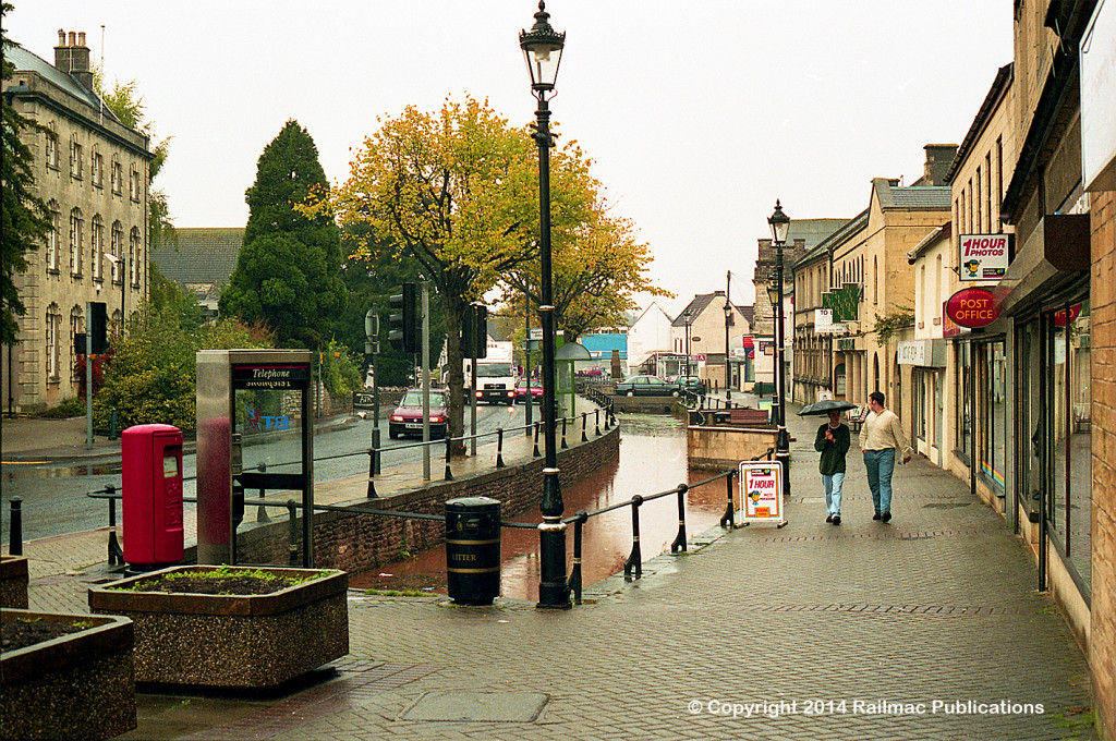 (SM 97-10227) Autumn street scene, High Street, Midsomer Norton (UK), 29th October 1997