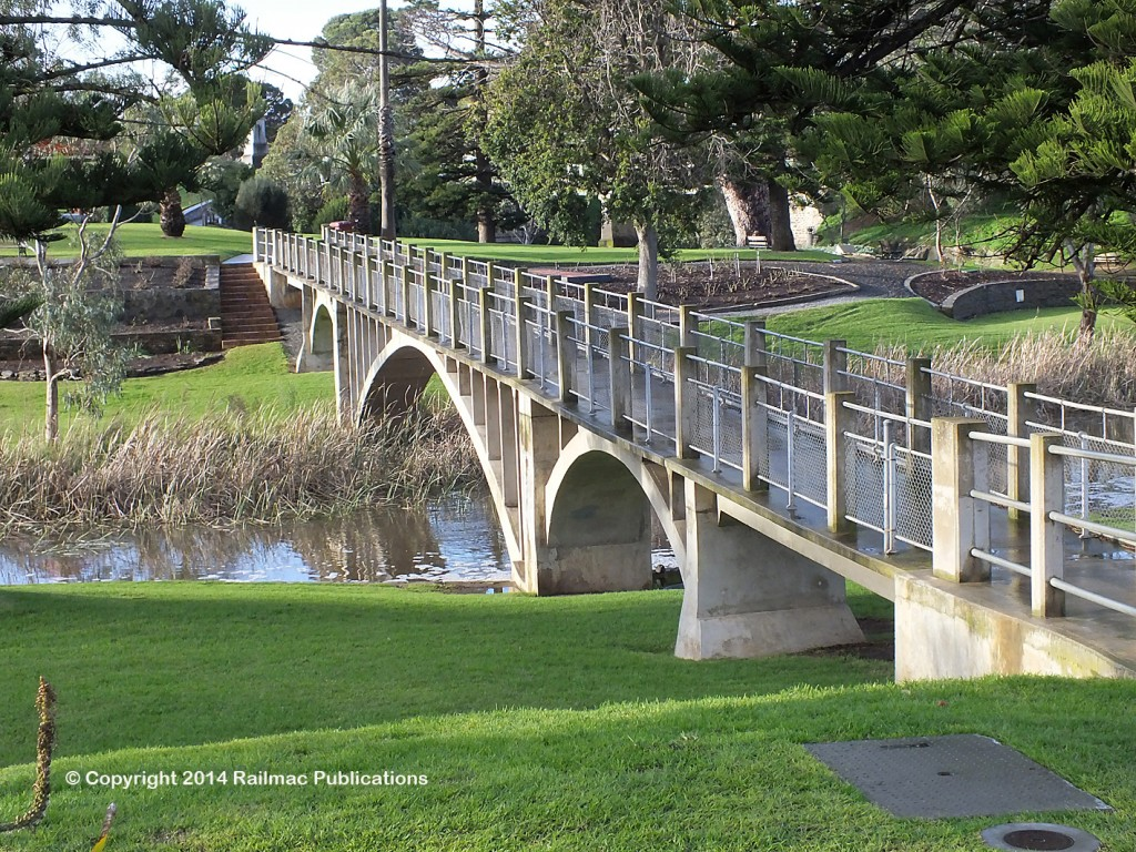 (SM 14-7-4359) Footbridge over the River Angas at Strathalbyn (SA), July 2014
