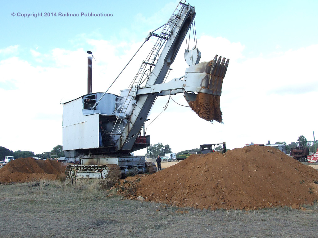 (SM 9-5-6688) Steam shovel in action at Lake Goldsmith Steam Rally, May 2009
